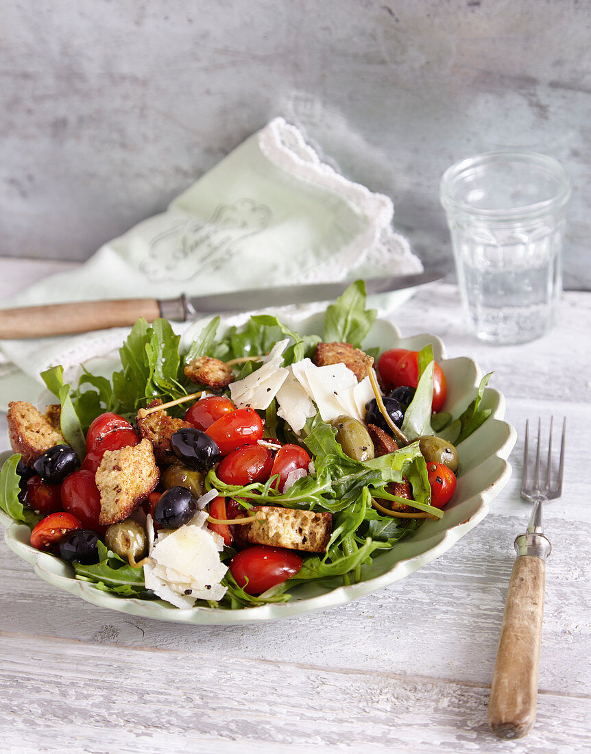 Mediterranean salad with crispy croutons (low carb)