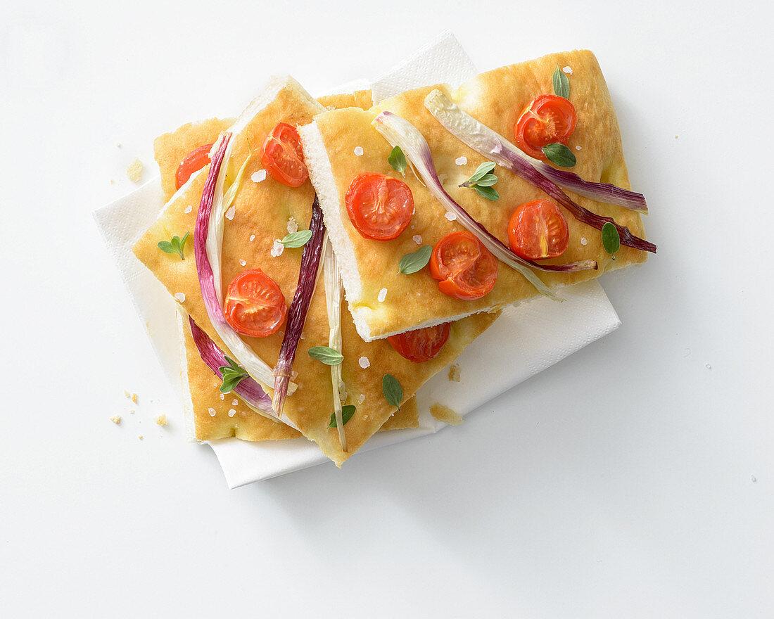 Frühlingszwiebel-Focaccia mit Tomaten und Majoran