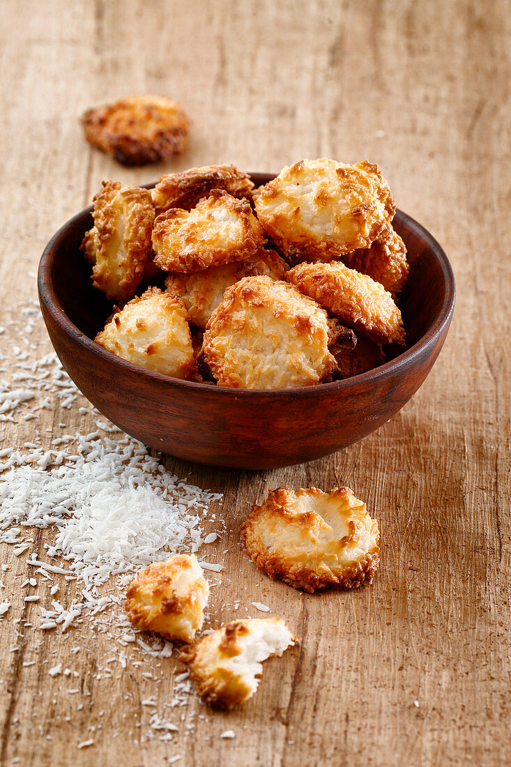 Coconut macaroons in a wooden bowl