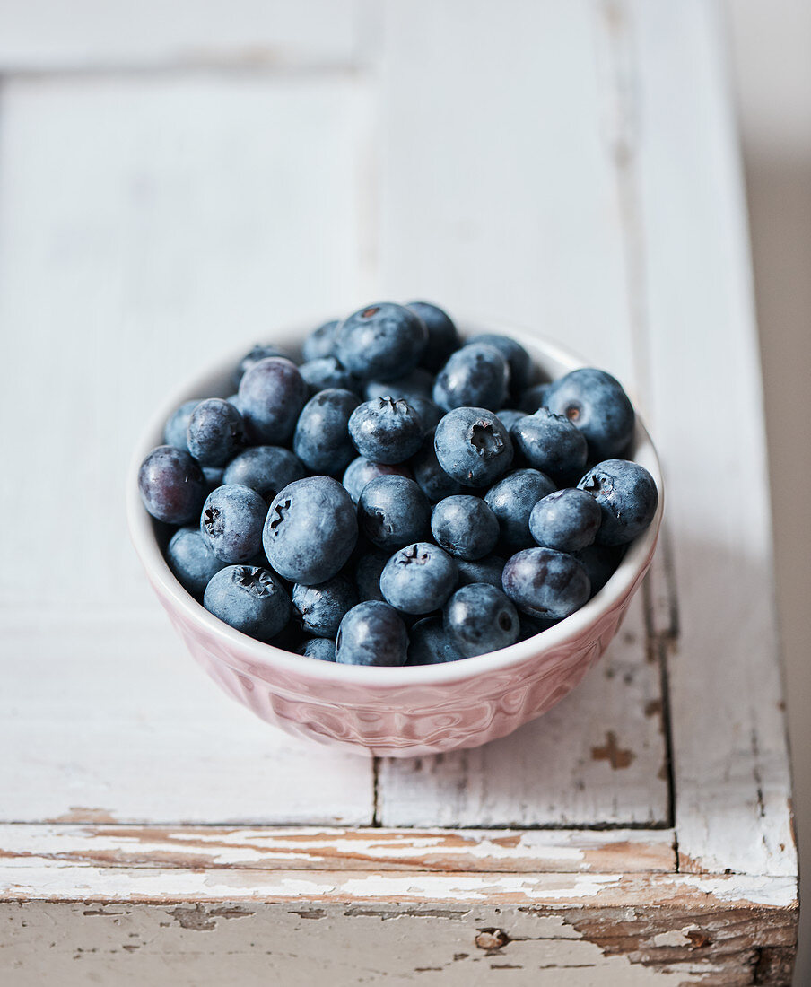 Fresh blueberries in a ceramic bowl