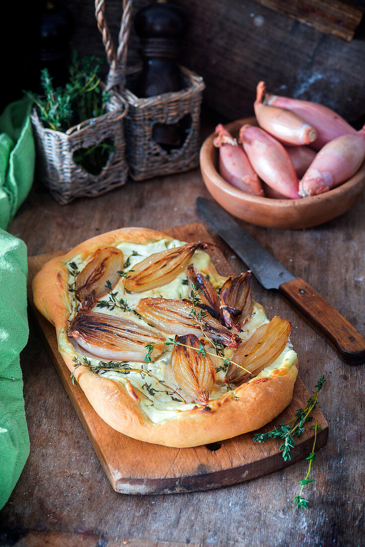 Shallot pie with sour cream and thyme