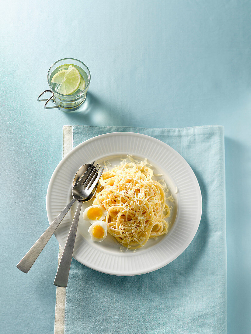 Spaghetti with Parmesan cheese and quail's eggs (seen from above)