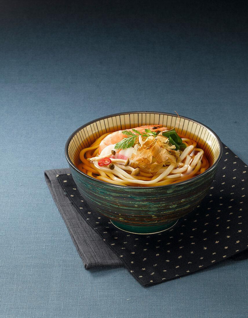 Udon-Nudelsuppe mit Pilzen und Garnelen (Japan)