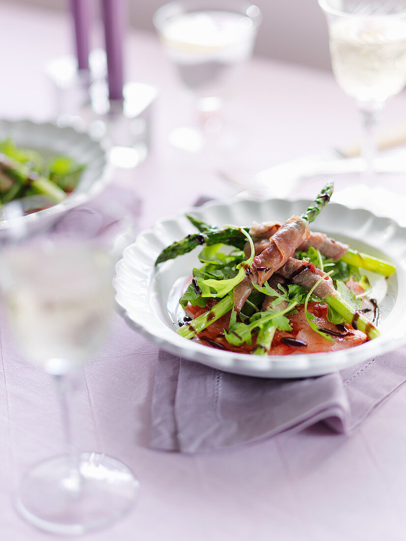 Asparagus with parma ham, arugula, tomatoes and balsamic