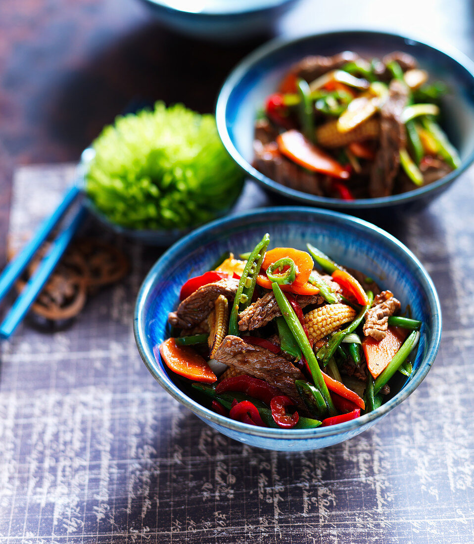 Chow mein with beef, green beans, chilli, baby corn and peppers (China)