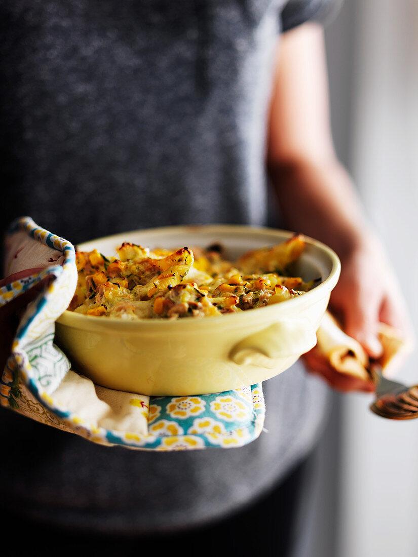 Tuna casserole with leek and cheese