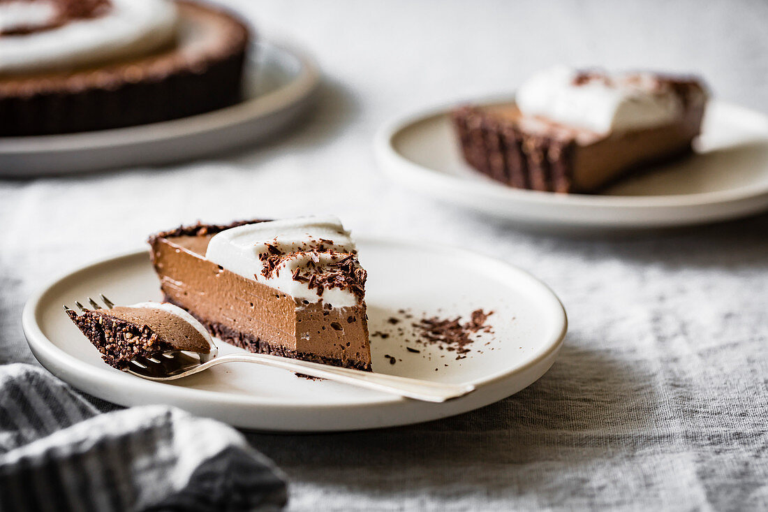 Chocolate tart with soy cream (raw, vegan)