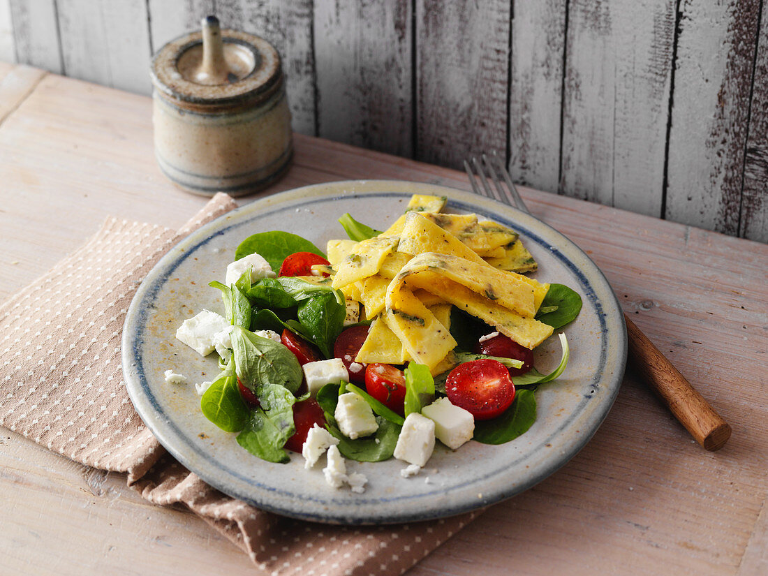 Egg strip salad with feta cheese, tomatoes and baby spinach (low carb)