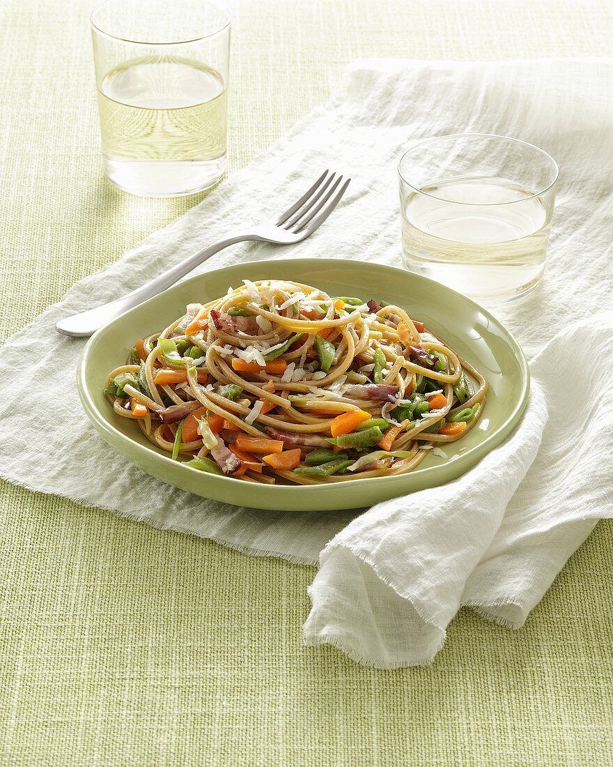 Spelt spaghetti with steamed vegetables