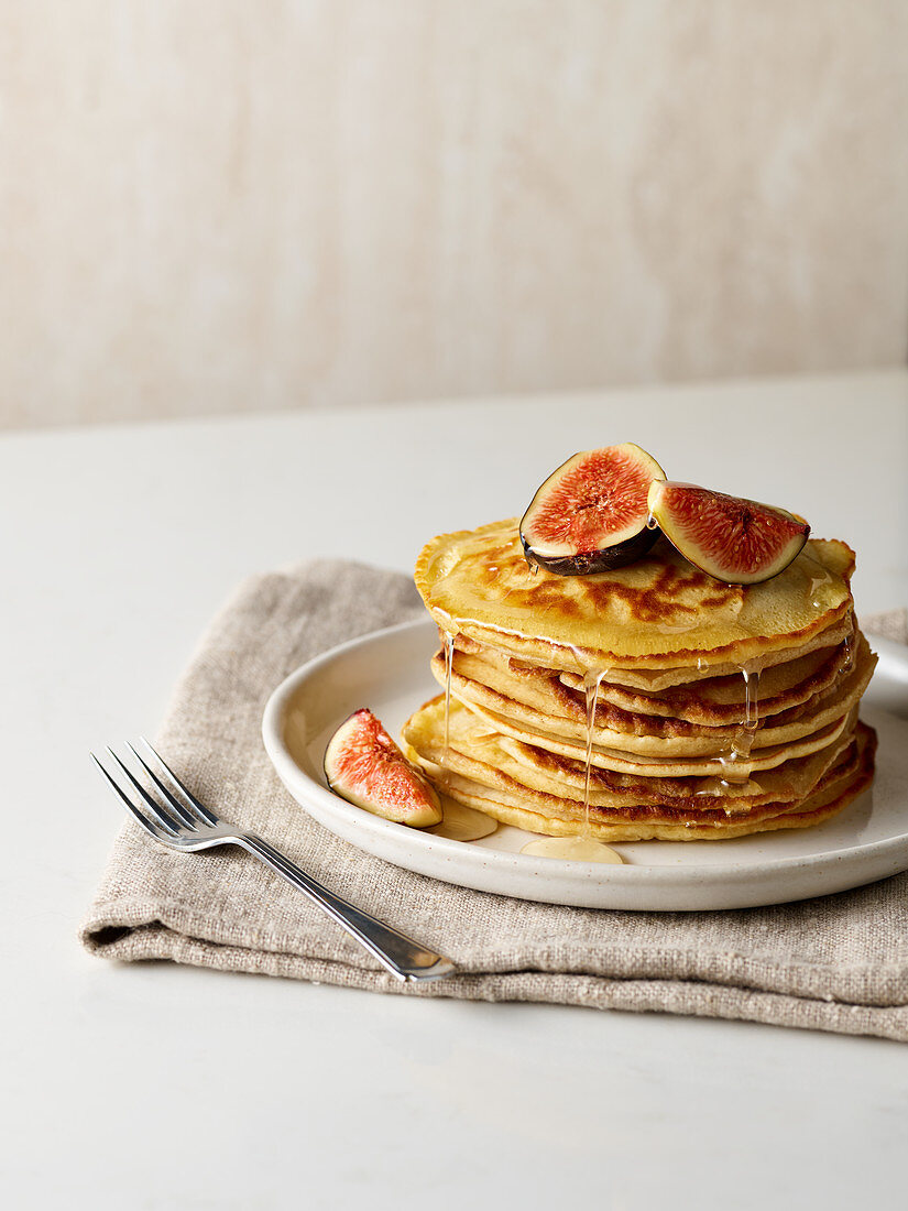 Pancakes with figs and syrup