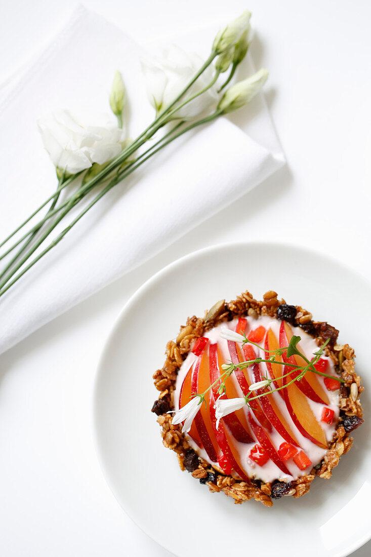 Crumble cackes with peach, strawberry and yogurt