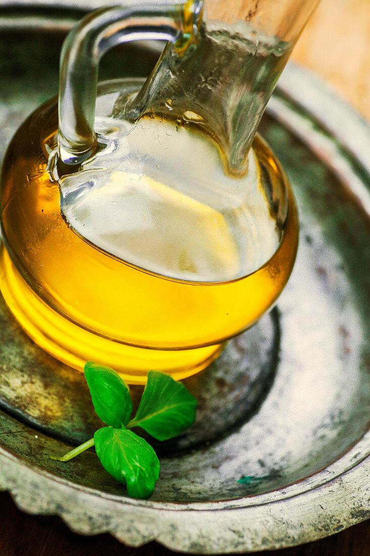 Olivenöl und Basilikumblatt