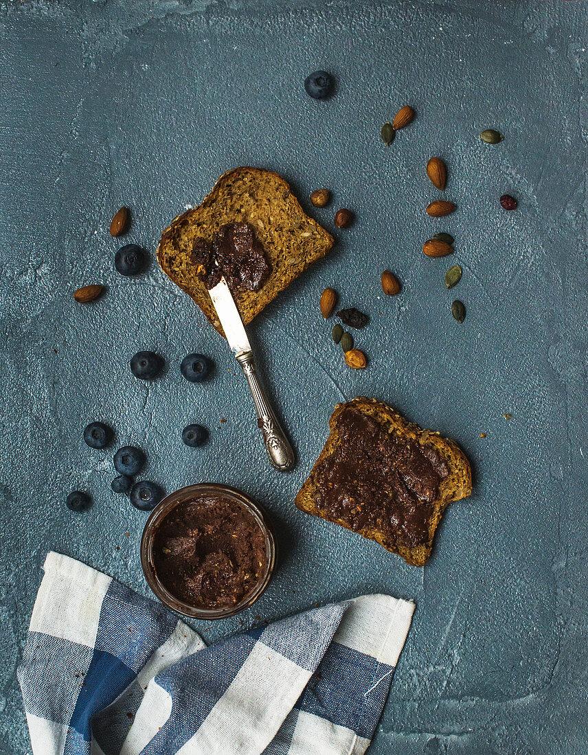 Vollkorn-Toast mit veganer Schokoladen-Erdnussbutter (Aufsicht)
