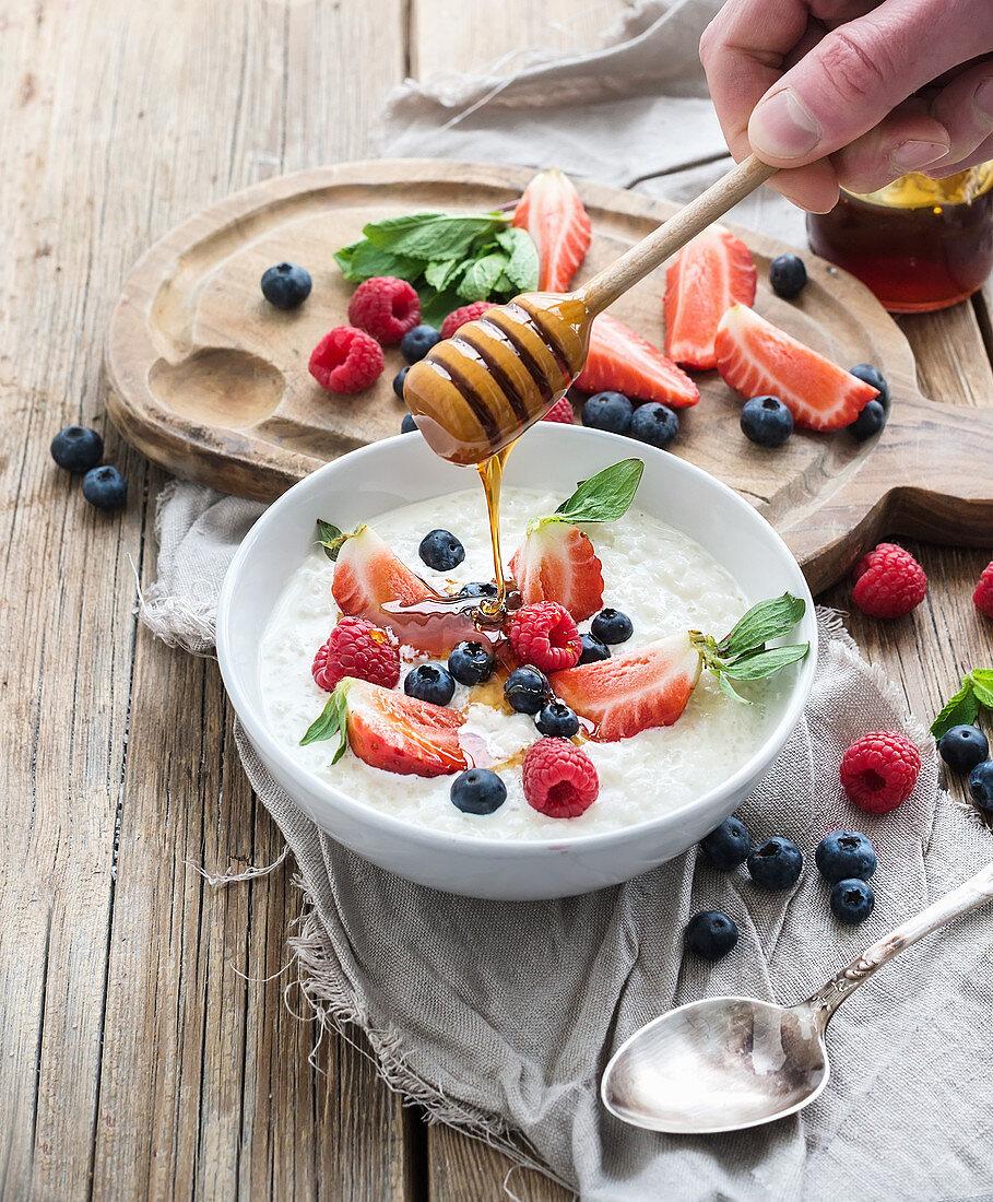 Milchreis mit frischen Beeren und Honig