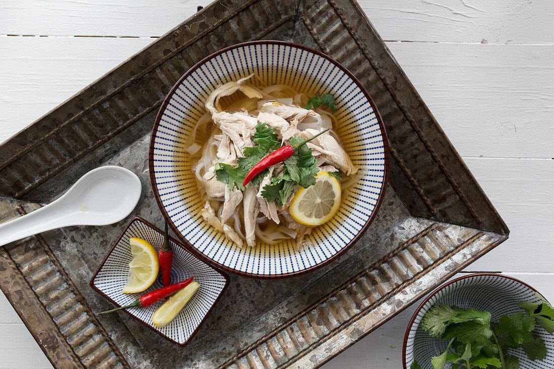 Pho Ga (Hühnersuppe mit Reisnudeln, Vietnam) auf Tablett