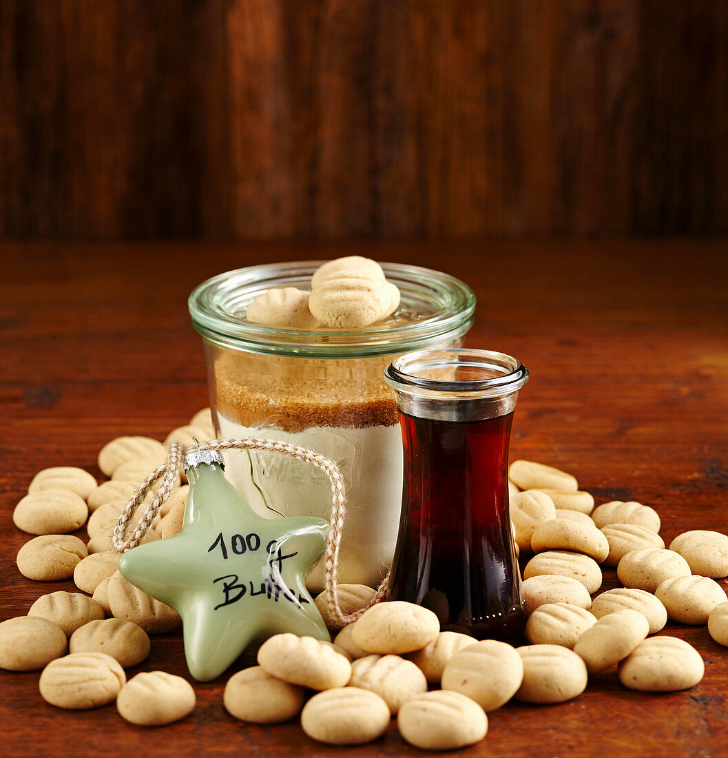 Belgian caramel biscuits and baking mix in a glass (Christmas gifting)