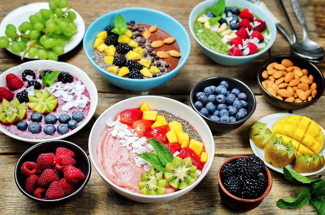 Gesunde Smoothie Bowls mit Beeren, Früchten und Nüssen