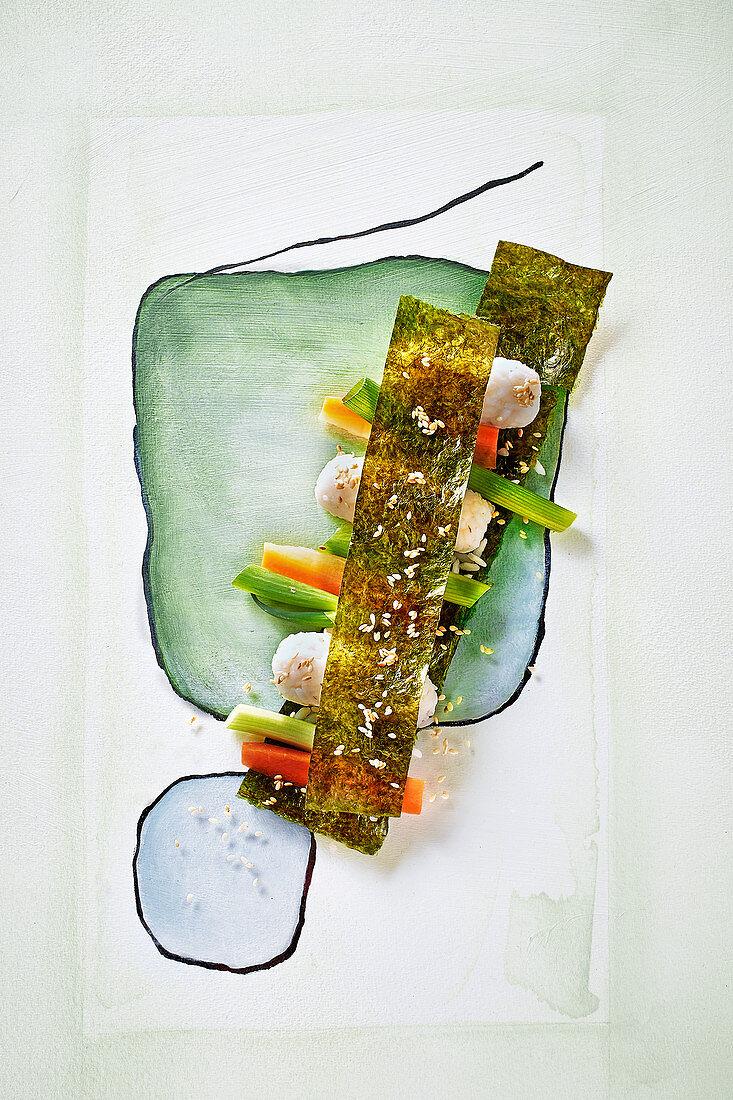 Sushi mit Gemüse und Noriblättern auf gemaltem Untergrund