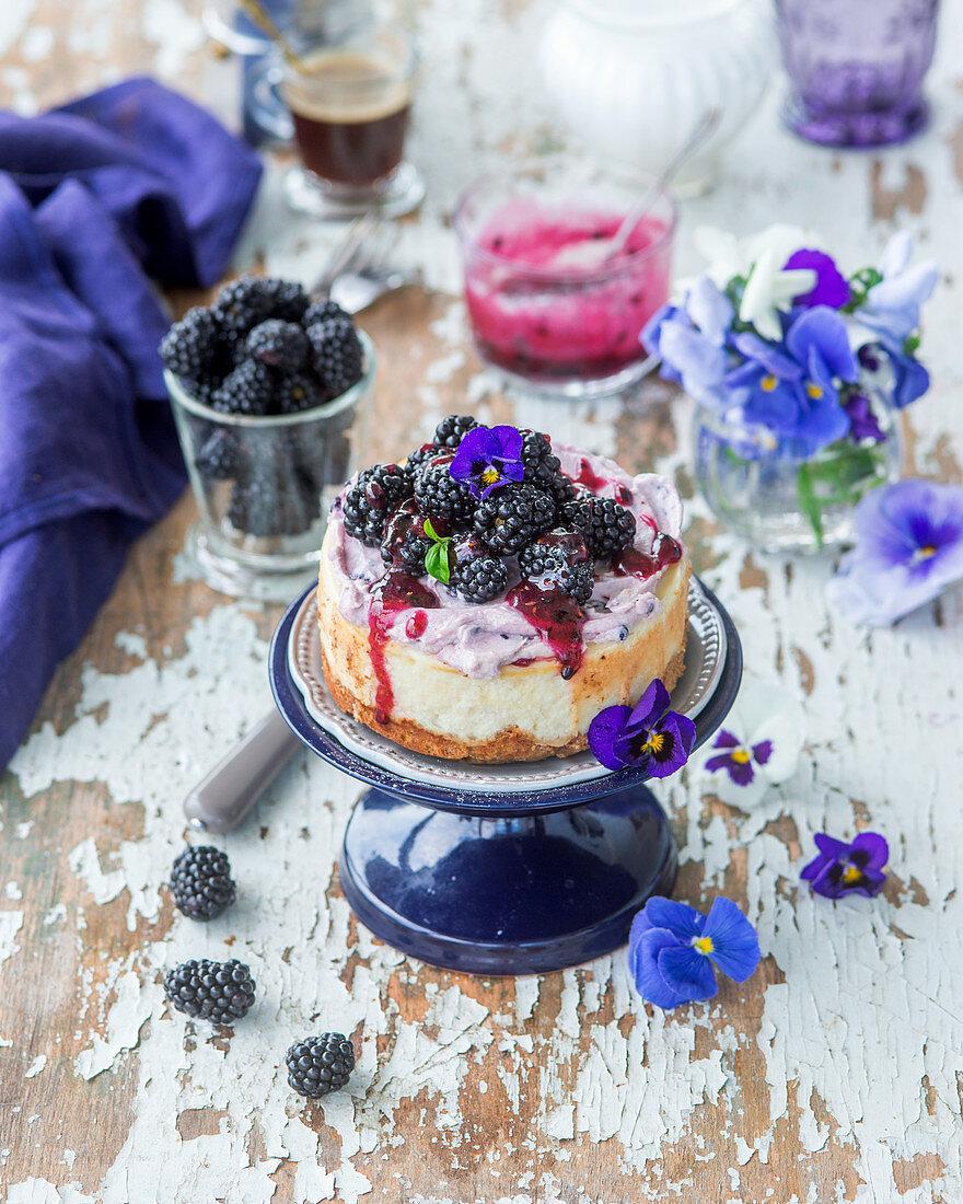 Brombeer-Cheesecake mit Brombeersauce und Essblüten