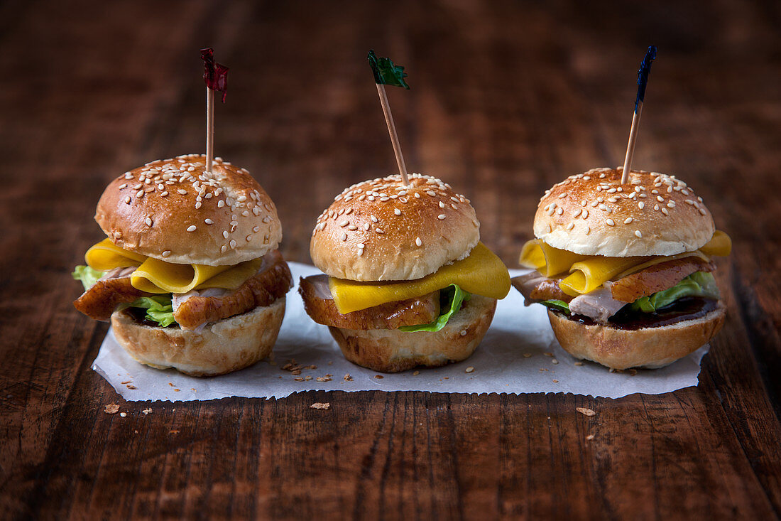 Mini oriental burgers with duck and mango