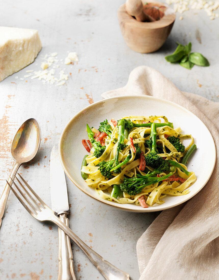 Tagliatelle with broccoli and ham