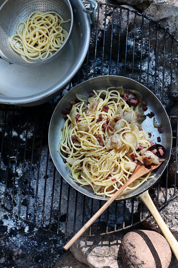 Spaghetti with grilled onions and bacon