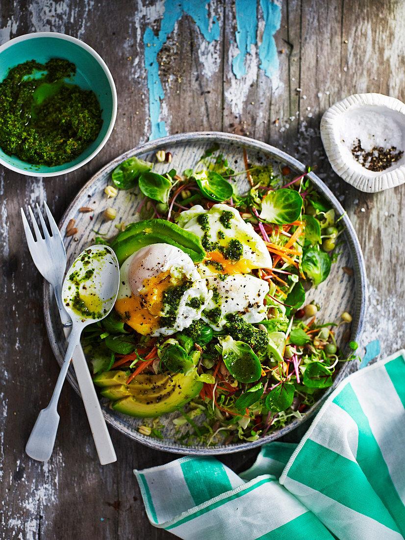 Frühstückssalat mit Eiern und Kohl-Pesto
