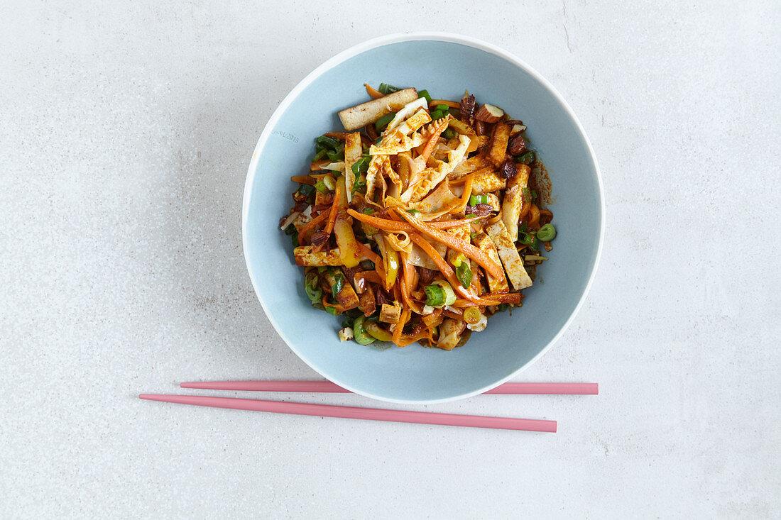 Stir-fried, low-carb tofu curry with almonds