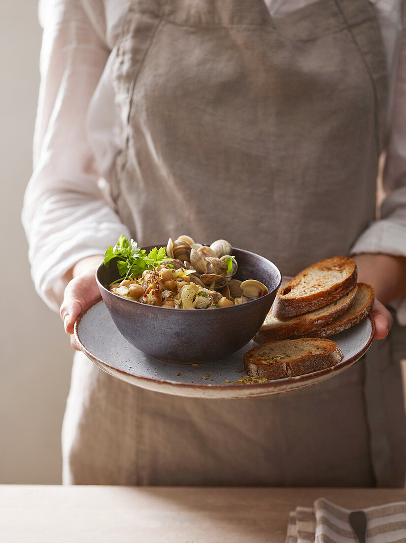 Chickpeas with clams and fennel