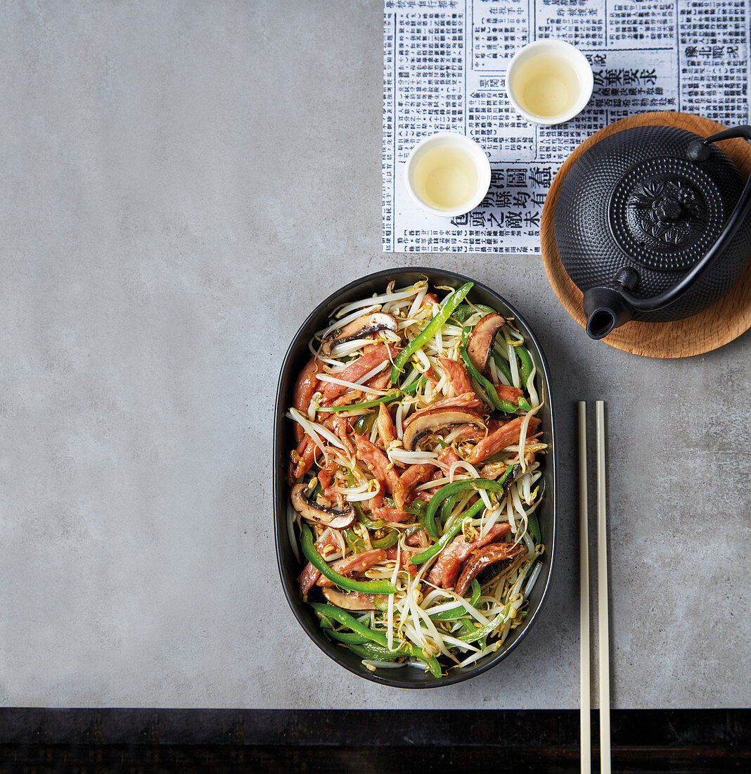 Crunchy pork stir-fry with bean sprouts