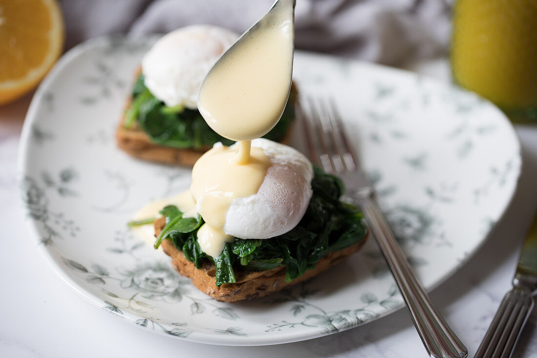 Poached eggs on toast with spinach and Hollandaise sauce
