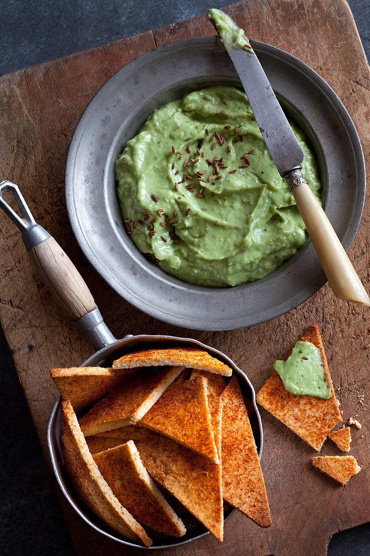 Cremiger Avocadodip mit Keto-Käsecrackern