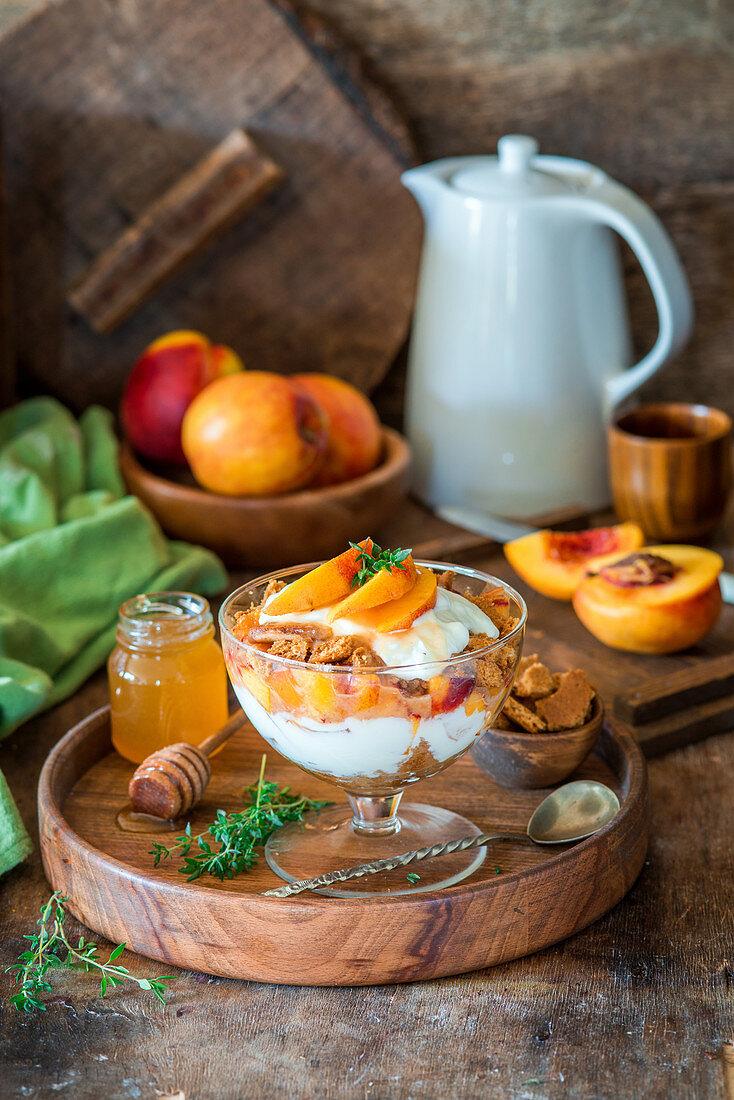 Trifle mit Nektarinen, Sauerrahm und Honigplätzchen