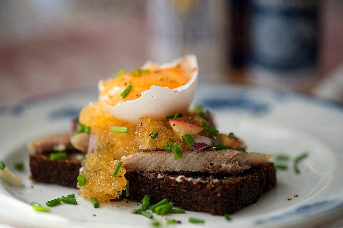 Dalarömacka (Brot mit Räucherfisch, Felchenkaviar und Eigelb, Schweden)