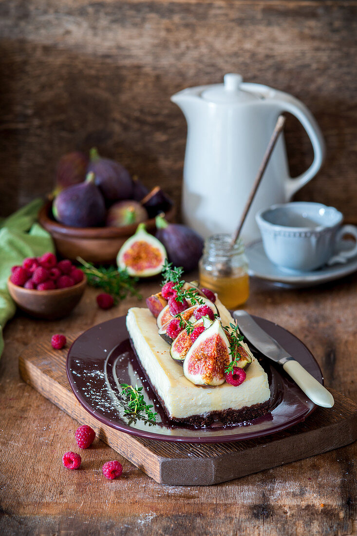 Small cheesecake with figs and raspberries