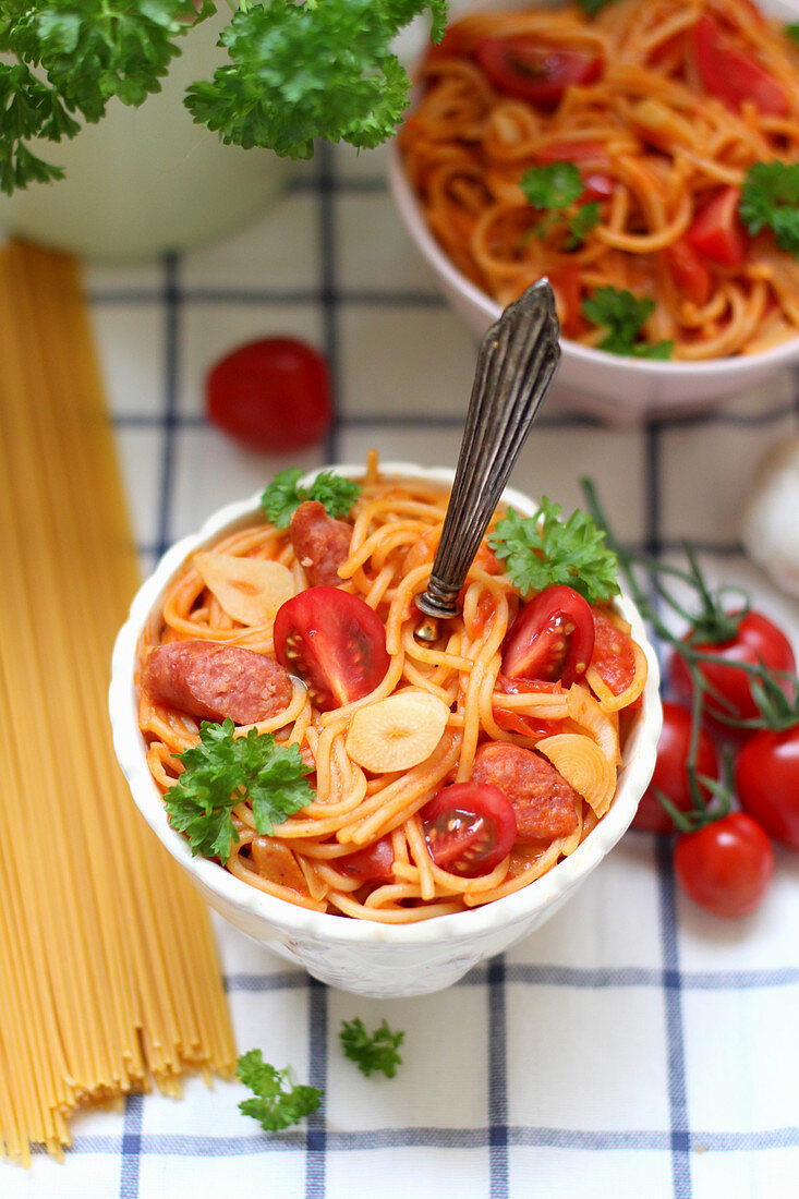 Spaghetti with tomatoes, sausage and garlic