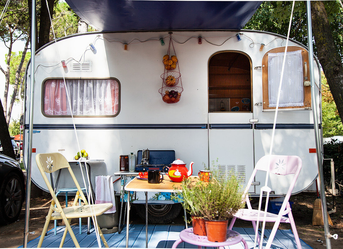 Campingtisch mit Tee vor Wohnwagen (Italien)