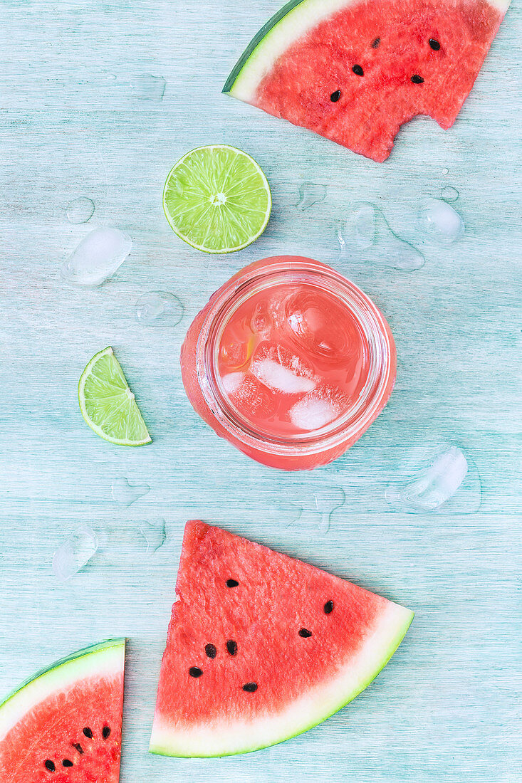 Wassermelonenlimonade mit Eiswürfeln