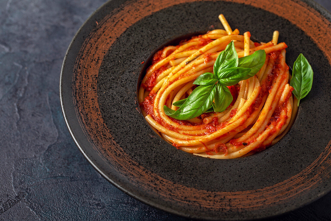 Spaghetti with fresh tomato and basil
