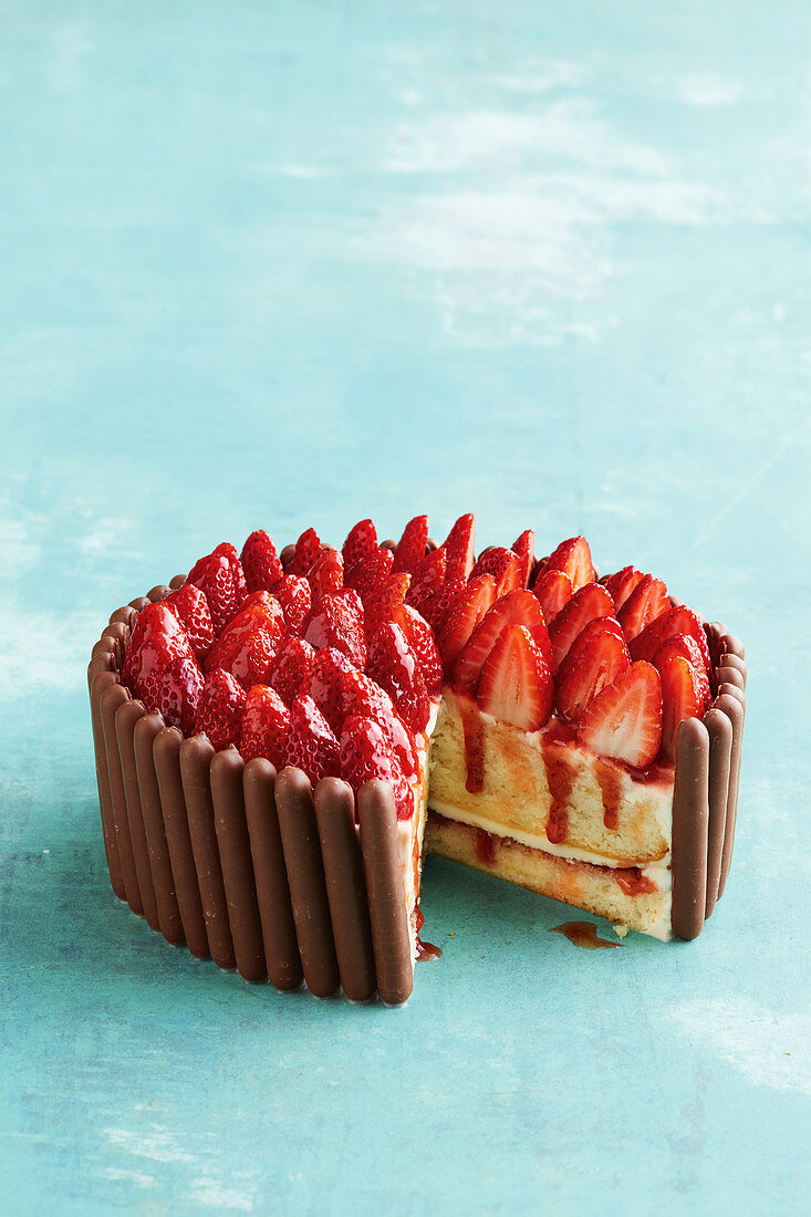 Simple mud cake with strawberries and cream, sliced