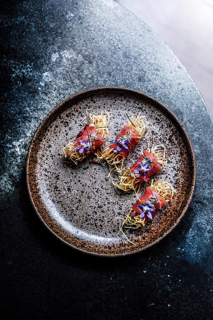 Thunfischröllchen mit frittierten Kartoffeln und Lauch