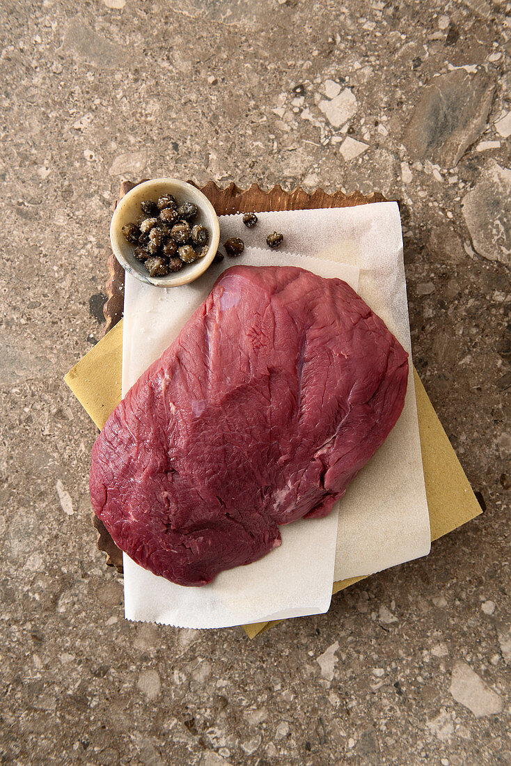 Raw rump of beef and deep-fried capers