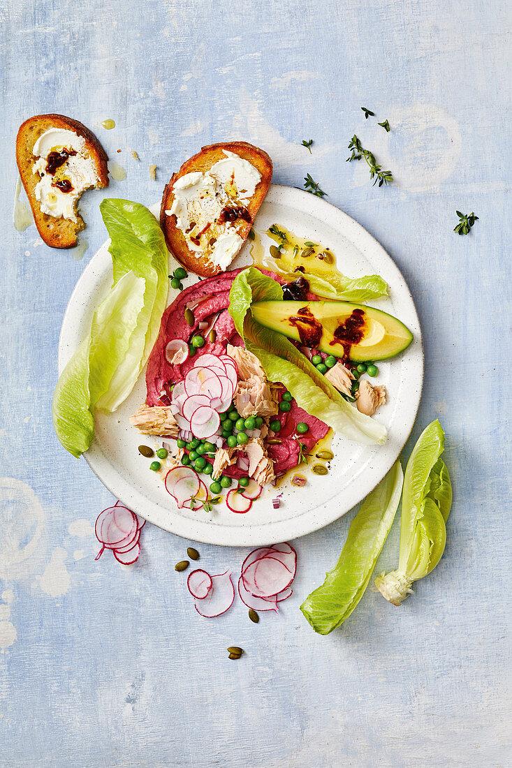 Fast tuna salad with beetroot hummus