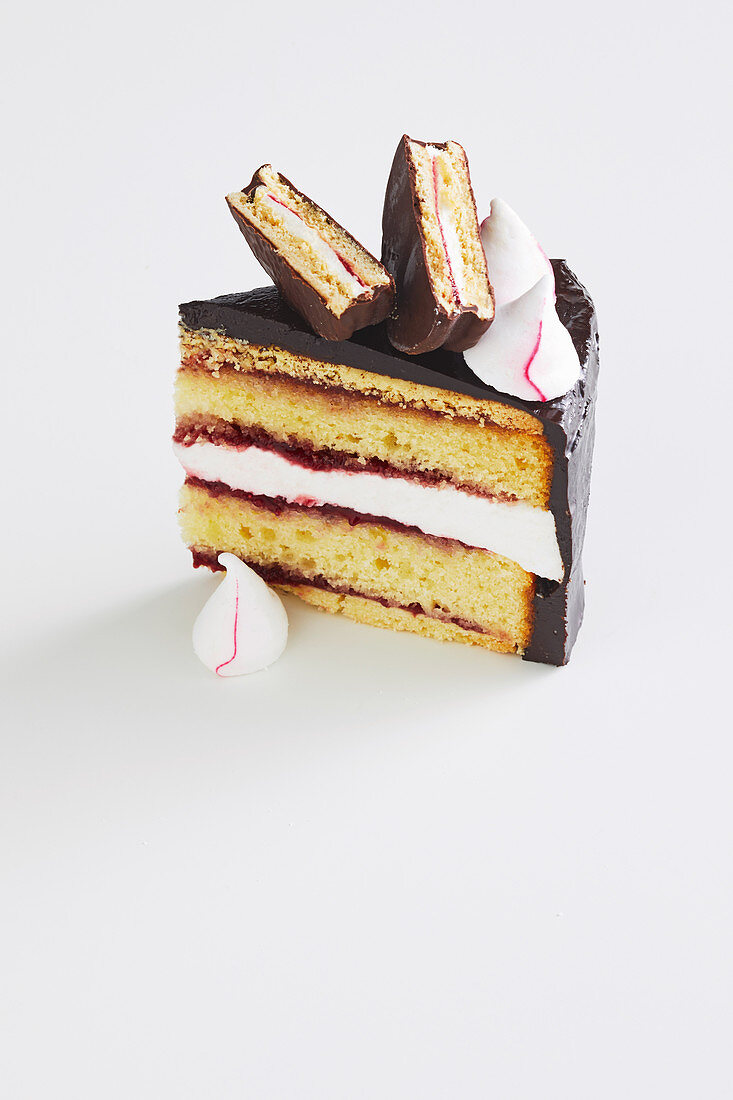 A slice of layer cake with marshmallows and wagon wheel cookies (Australia)