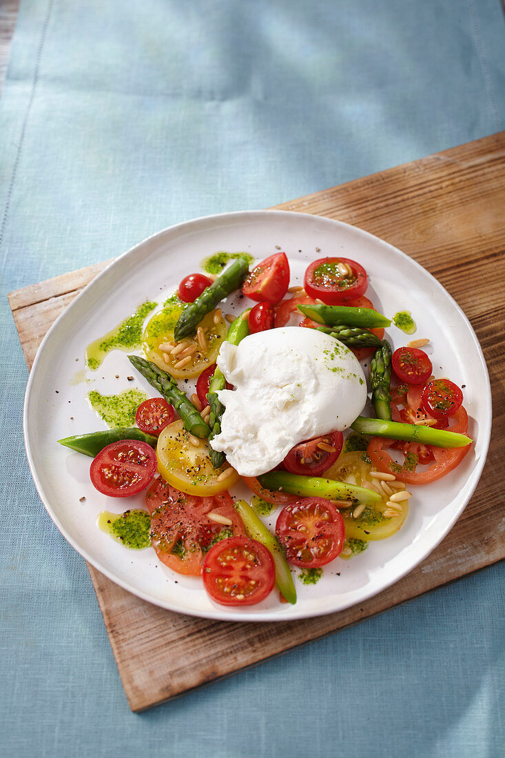 Burrata with green asparagus and tomatoes