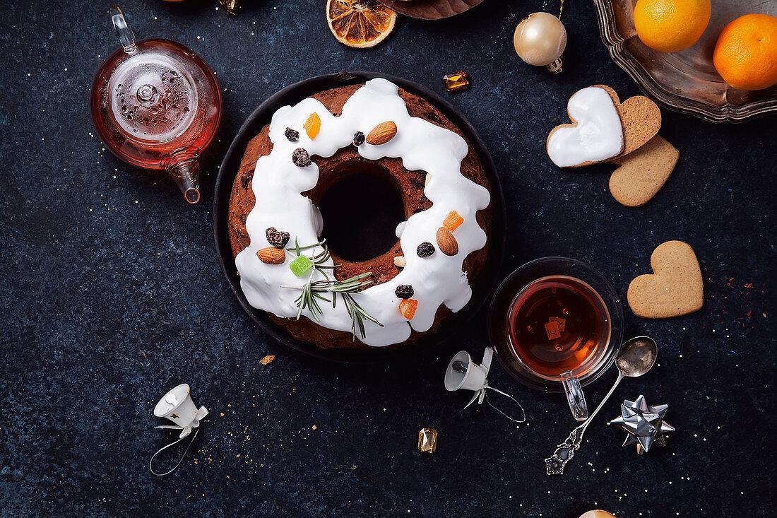Weihnachtskuchen mit Rumfrüchten und Zuckerguß zum Tee
