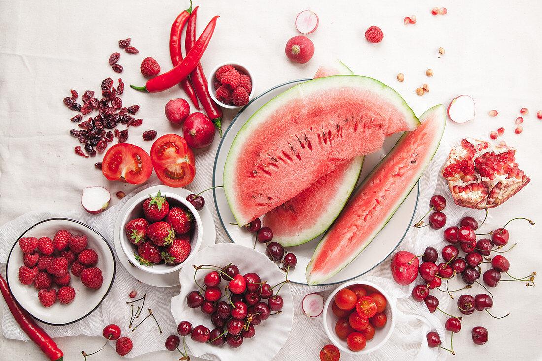 Verschiedene rote Früchte und Gemüse