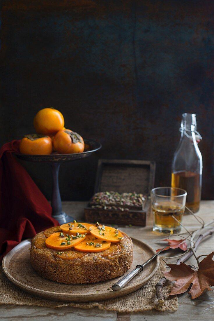 Upside Down Cake mit Kakis, Pistazien und Ahornsirup