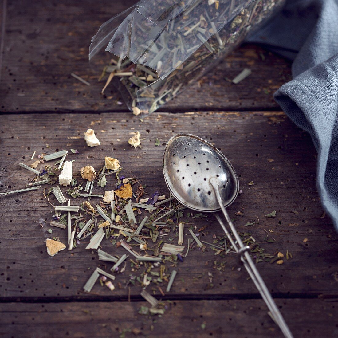 Tea strainer with herbal tea (lemongrass, peppermint, aniseed, ginger, sweet pickle, sunflower, blue mallow blossom)