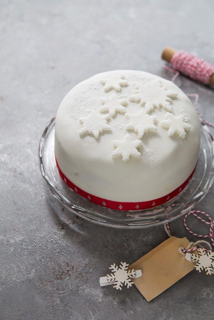 Gekochter Früchtekuchen mit weisser Zuckerglasur zu Weihnachten